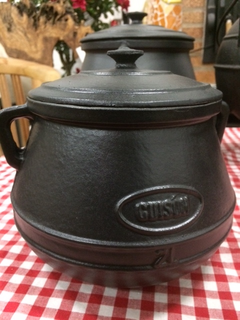 Gietijzeren pot met deksel, handvat / binnenkant geglazuurd