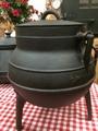 Gietijzeren pot met 3 poten, deksel en handvat